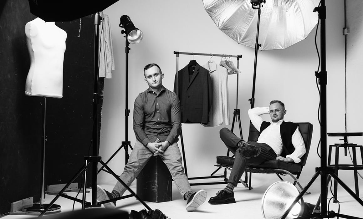 Zwei Männer in stilvoller Kleidung im Fotostudio mit Requisiten