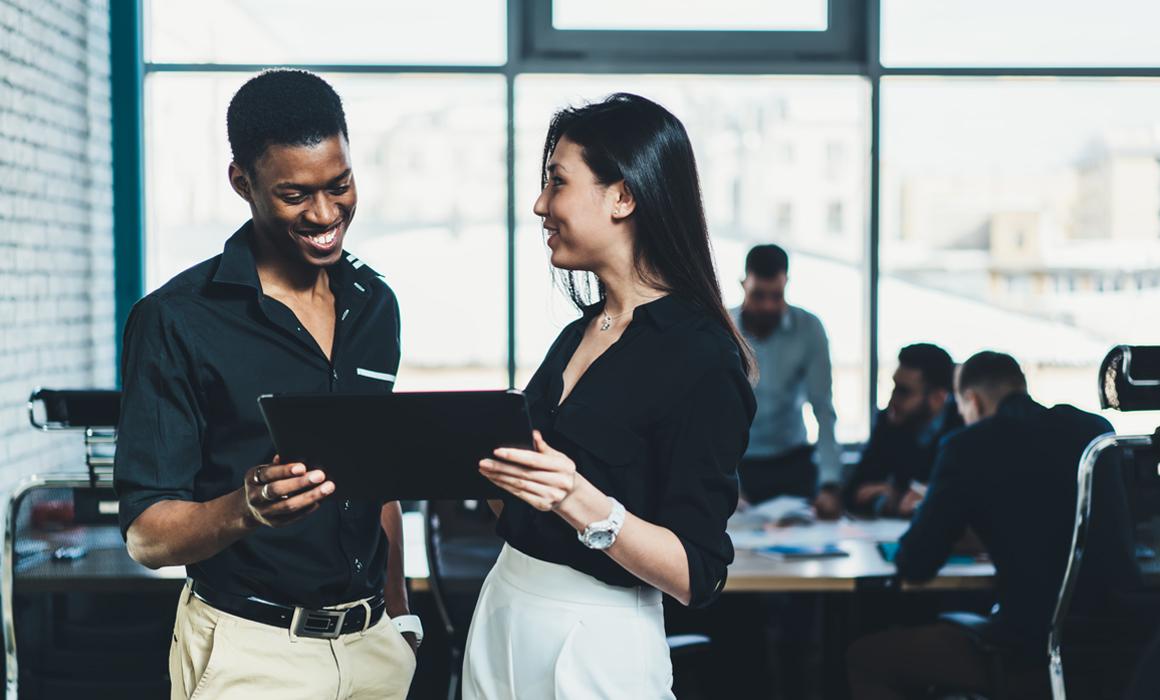 Geschäftsmann und Geschäftsfrau in moderner dunkler Businesskleidung im Büro